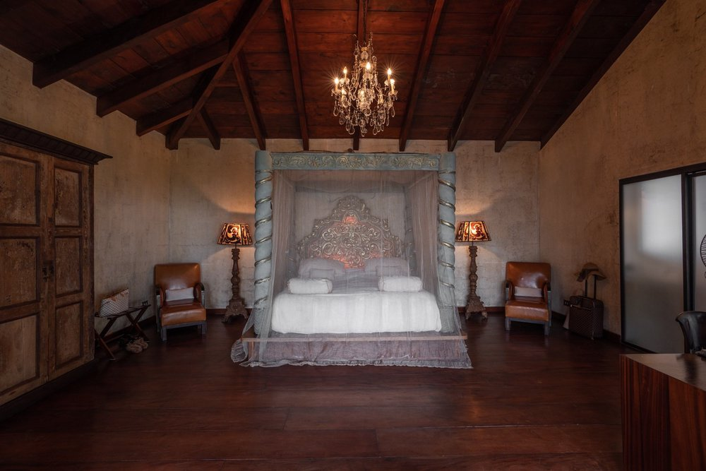 PRANA SUITE - La Prana suite cuenta con un dormitorio principal de 25 m². Cuarto de baño con sanitarios separados, cama tamaño king, amplio guarda ropa, una terraza y magníficas vistas del lago y los volcanes.Además, los huéspedes tienen acceso directo a áreas al aire libre con un gran jardín privado, 12 x 6 m piscina de agua salada, zona de comedor al aire libre, salas de estar y camas de asoleo.Tarifa en Dólares: 402$ - 671$ por noche incl. impuestos