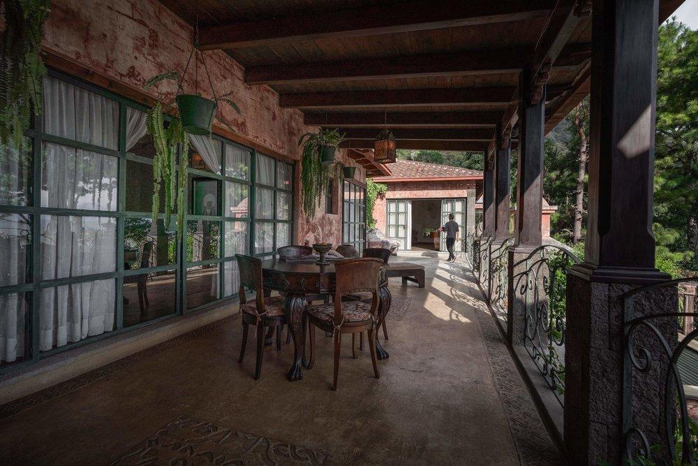 PISO PANORÁMICO - El piso panorámico incluye 3 suites ubicadas de forma privada en el mismo nivel en el segundo piso con un balcón privado compartido. Esto incluye las suites: Master Suite 2, Prana Suite y Luxury Suite. Tendrás el segundo nivel de la Villa para ti solo con un gran 80 sq. m terraza privada con vistas explícitas del lago y los volcanes.Ideal para grupos o familias de 6 a 7 personas que viajan juntas.Tarifa en Dólares: 1,170$ - 1,990$ por noche incl. impuestos
