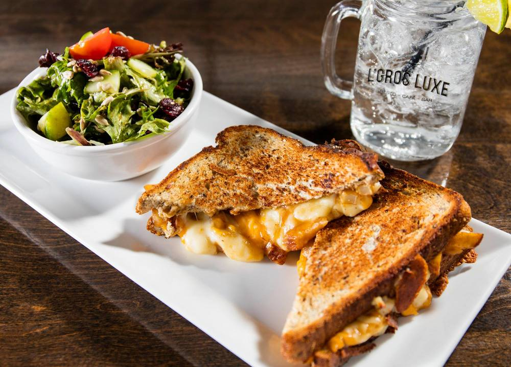 Le grilled cheese poutine sandwich