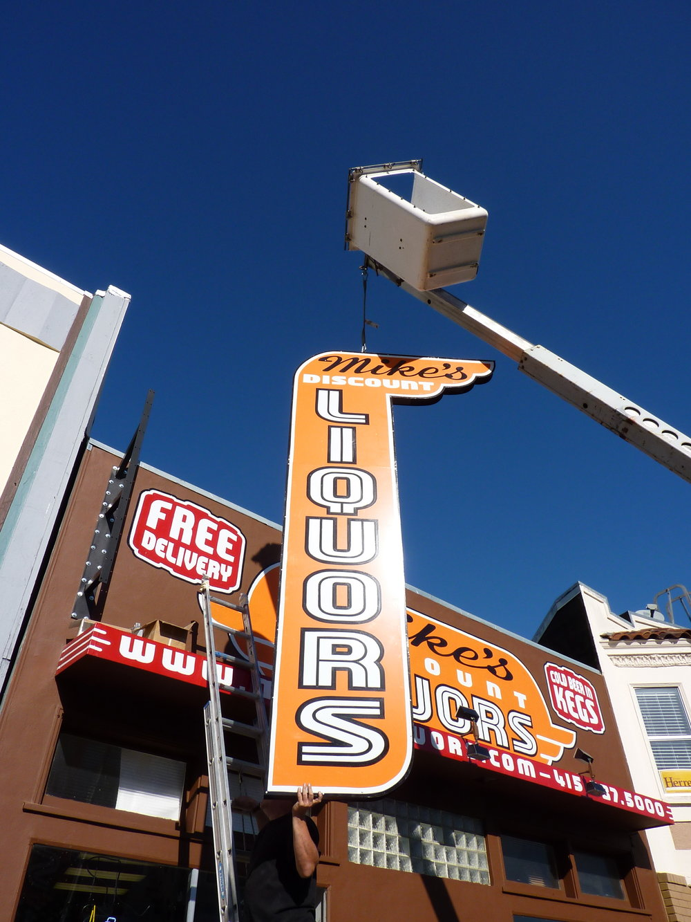HAND-mikes-liquors-blade-sign-installation_4307282896_o.jpg