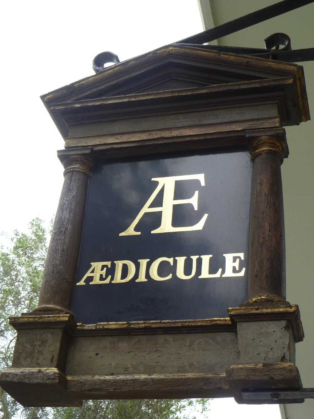 WINDOW-aedicule-projecting-sign_5006784182_o.jpg