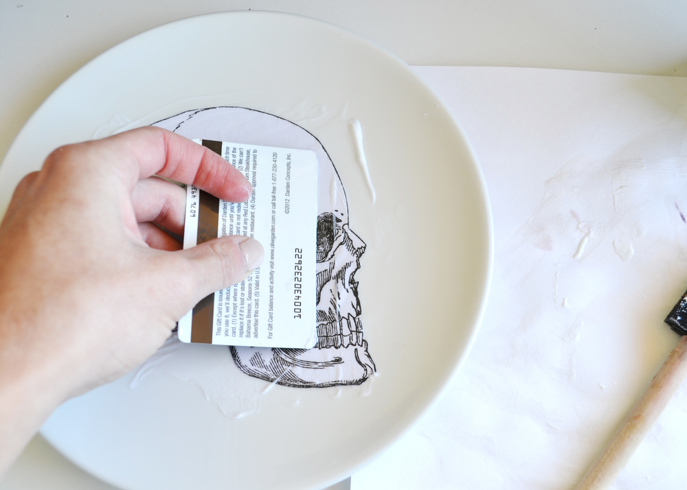 Make your own silhouette plates - would be so cool to personalize for a Halloween party! From boxwoodavenue.com