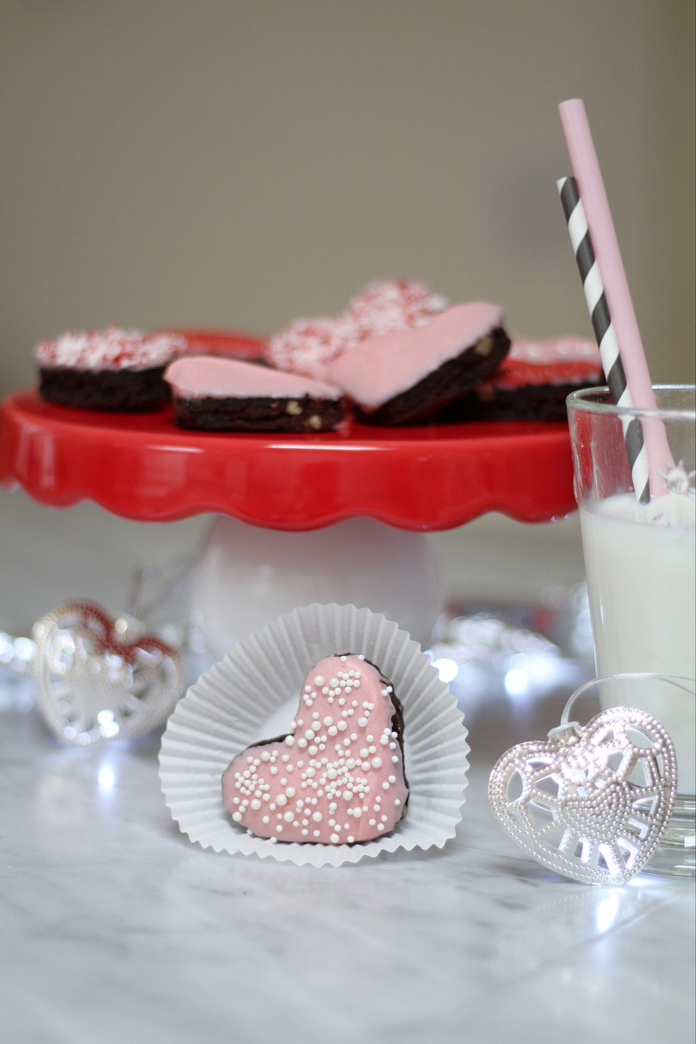 This recipe for Valentine's Day brownies is one of my very favorites! Learn how to bake these Valentine's Day brownies with Zevy Joy. | www.boxwoodavenue.com #valentinesdaybrownies #brownies #decoratedbrownies