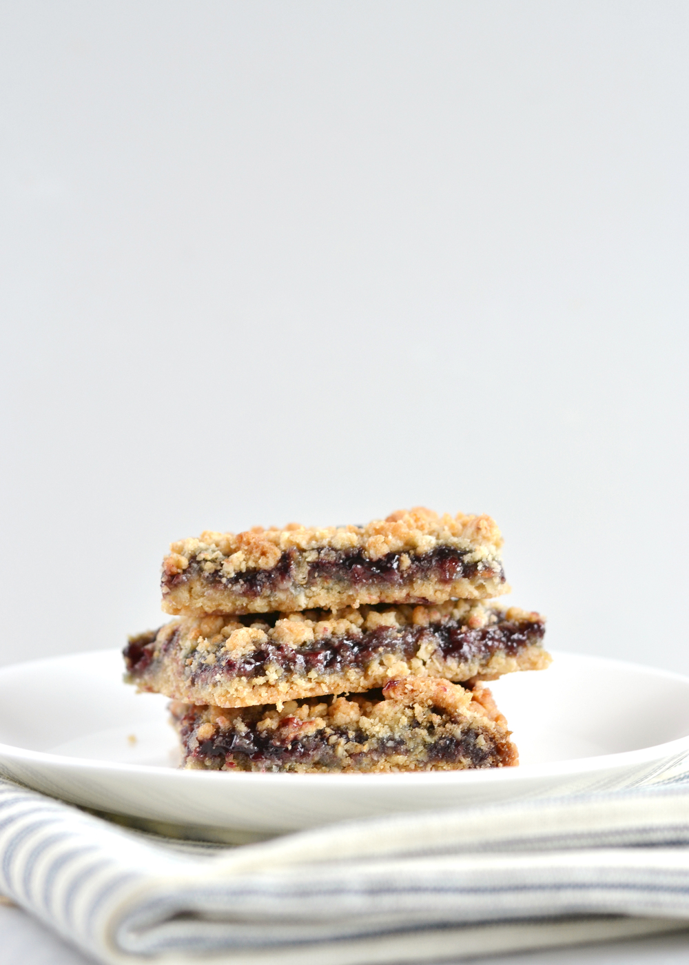 These blackberry crumble bars are so easy to throw together from boxwoodavenue.com