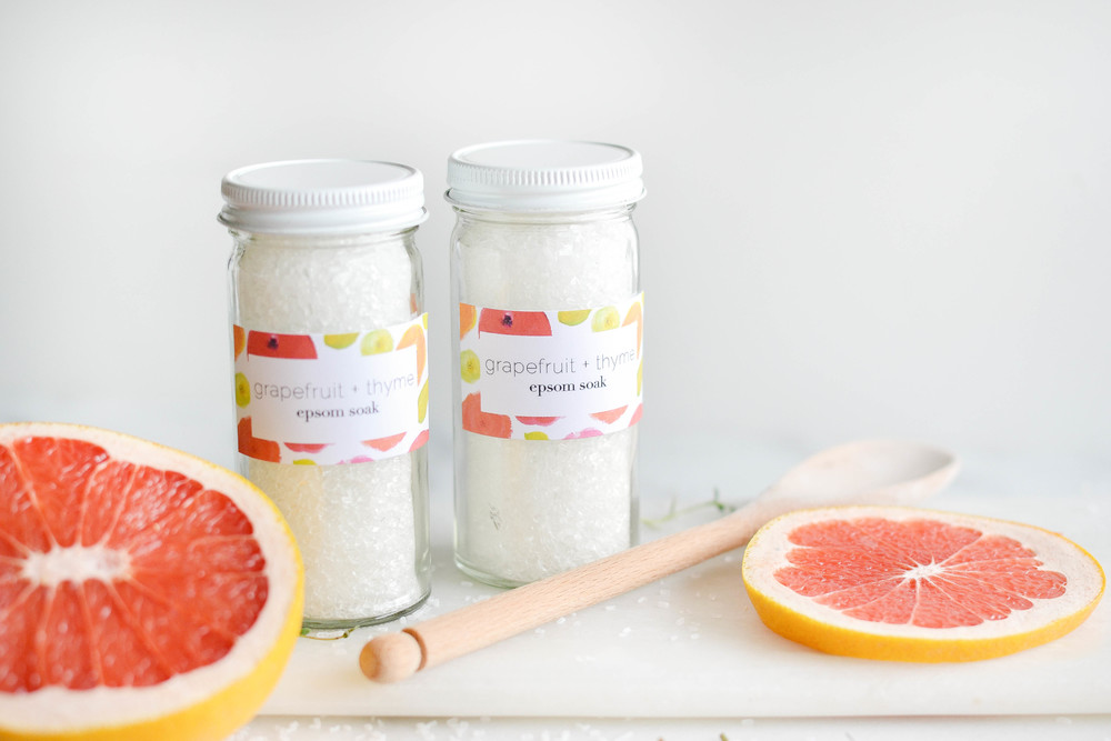 Make your own Epsom salt bath soak with essential oils & herbs. | boxwoodavenue.com