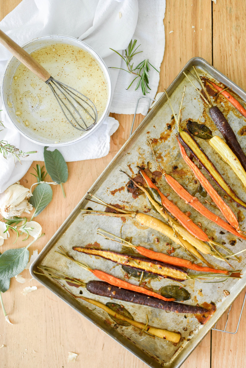 Maple glazed roasted carrots - the perfect Thanksgiving side dish! | boxwoodavenue.com