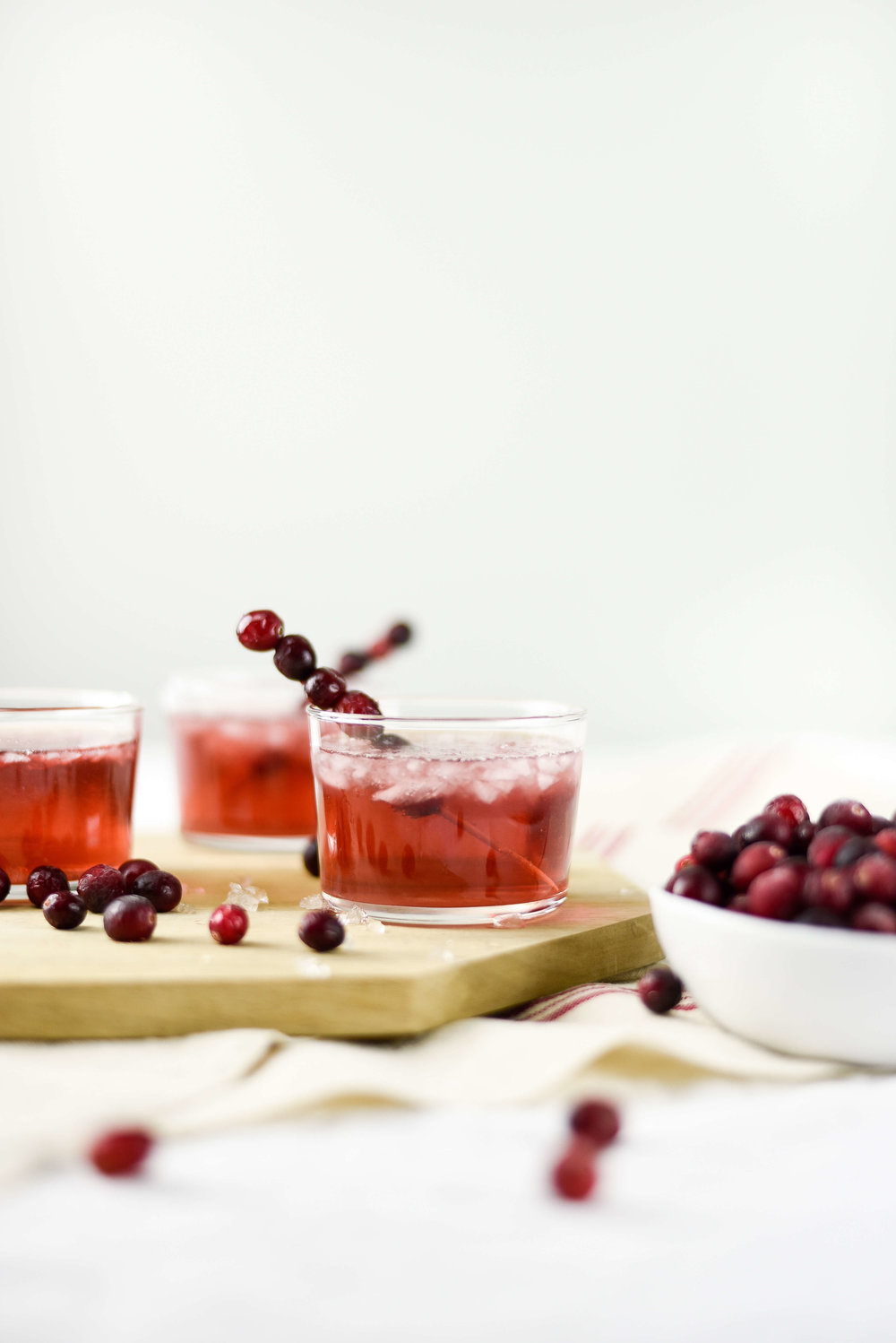 Need some fall cocktails for Thanksgiving? This spiced cranberry vodka cocktail is perfect! boxwoodavenue.com