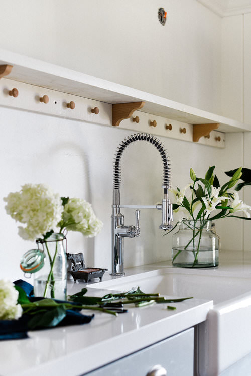 #Farmhouse #LaundryRoomRemodel | White walls & gray shaker cabinets | boxwoodavenue.com