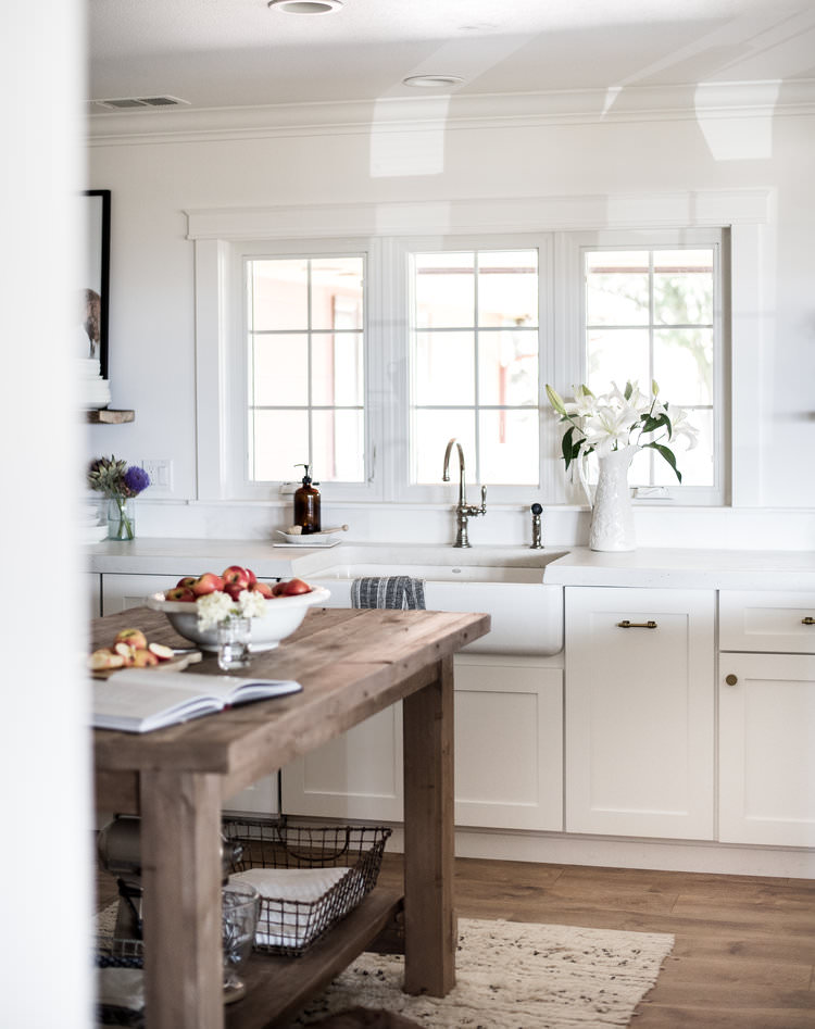 White Farmhouse Kitchen with Shaker Cabinets | boxwoodavenue.com