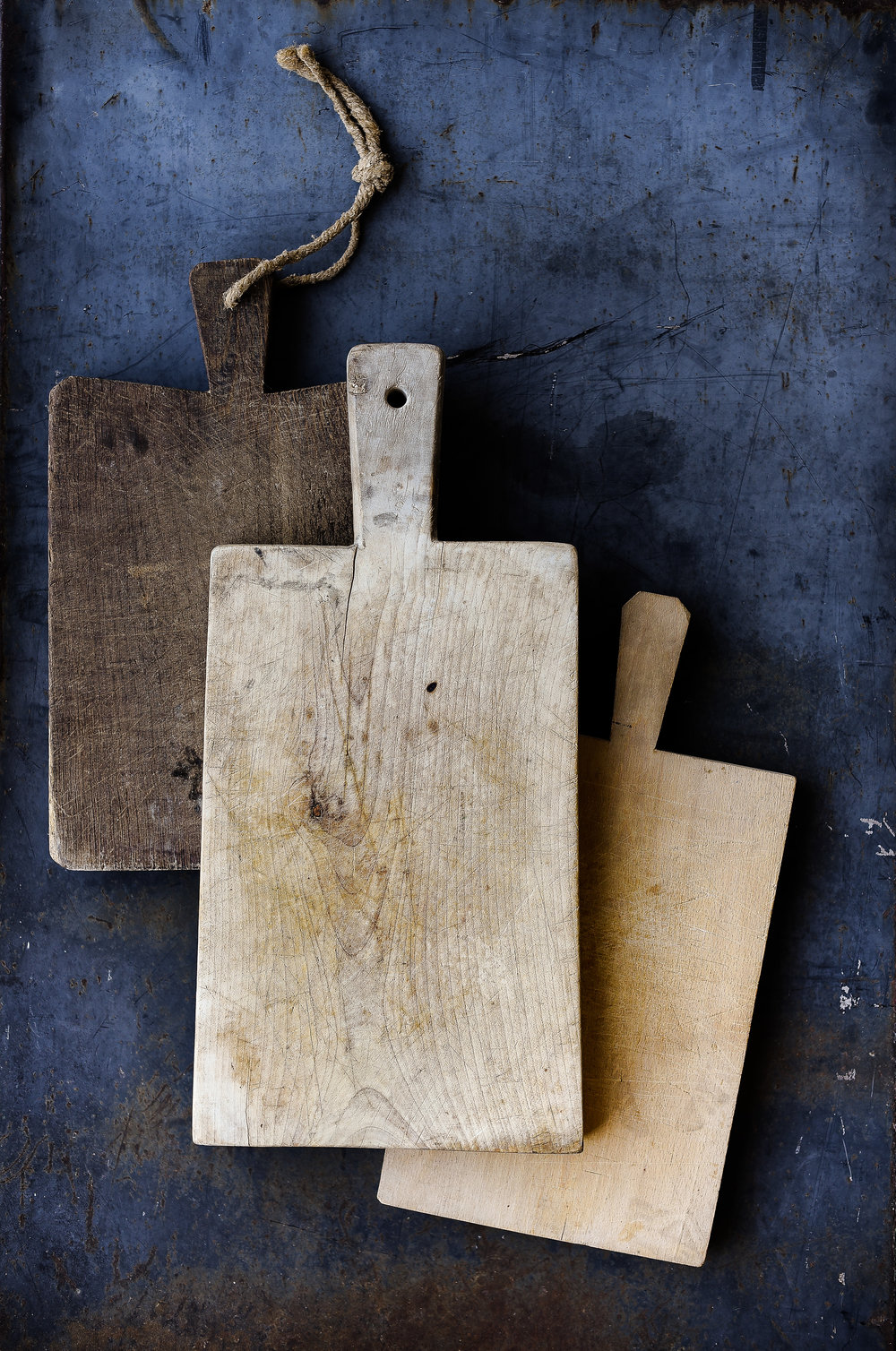 Antique bread boards perfect for a farmhouse kitchen from boxwoodavenue.com