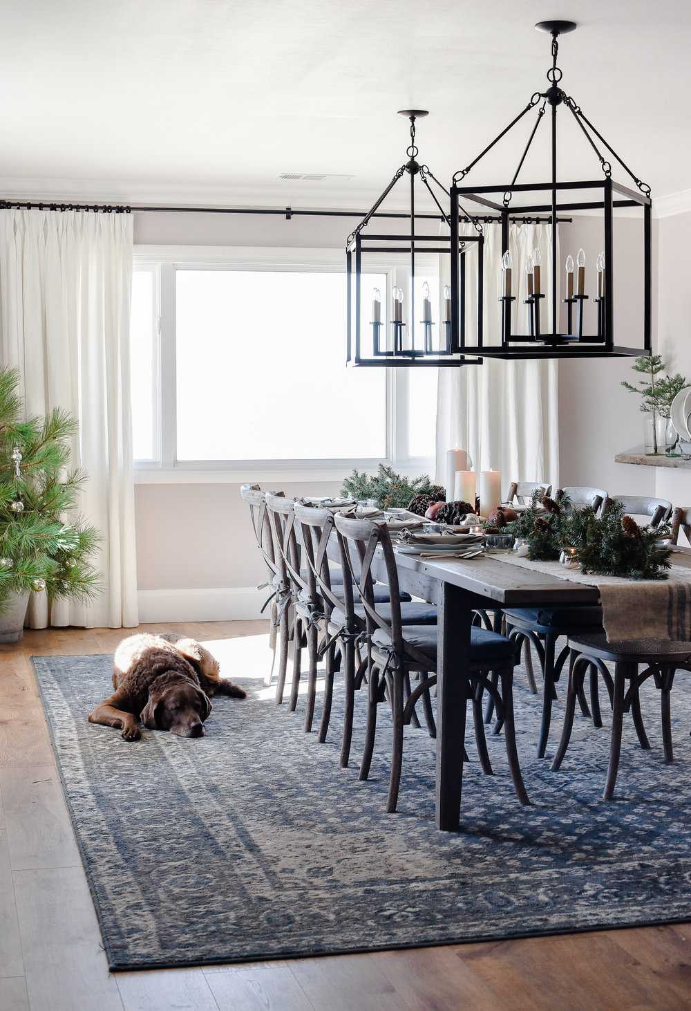 Farmhouse Christmas table ideas beautiful Holiday tablescape! #christmasdecor #farmhousechristmas