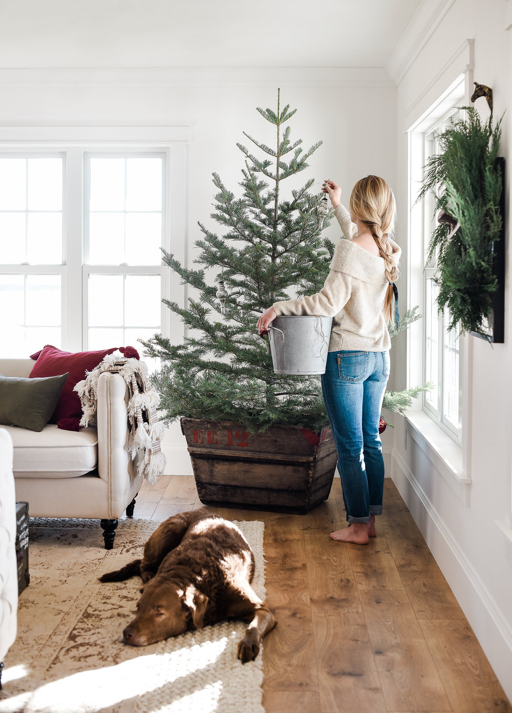 Farmhouse Christmas decorating ideas for a simple tree from boxwoodavenue.com