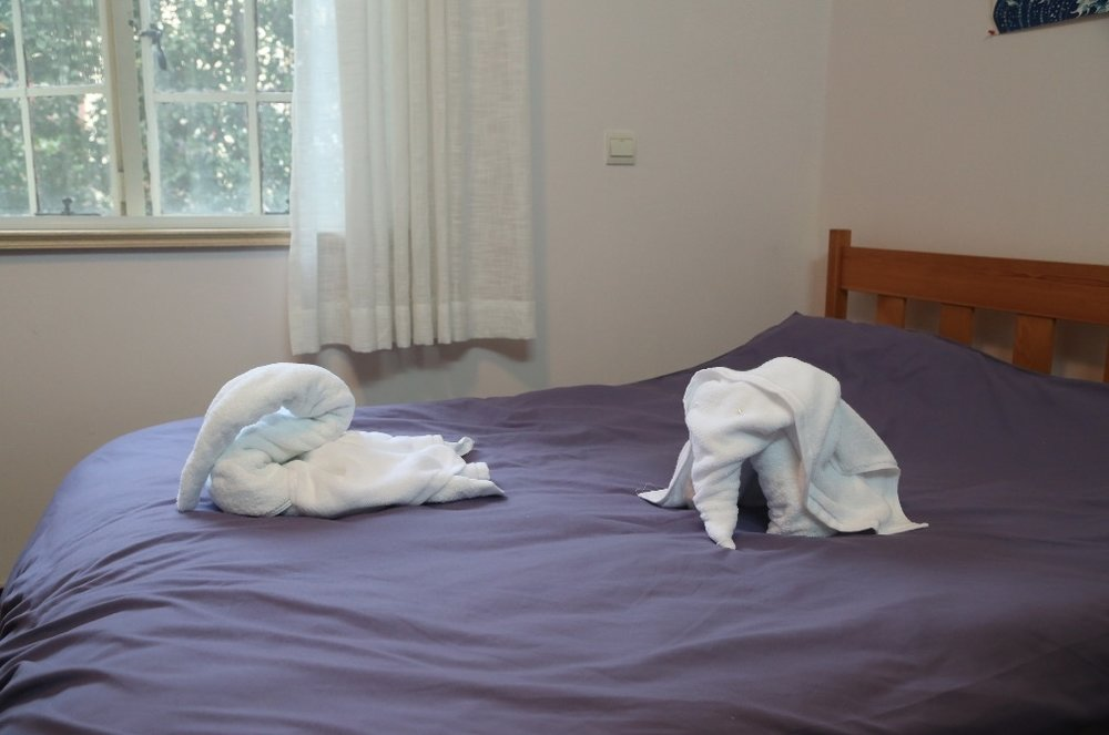恰恰《来自某处的圣诞祝福》,酒店浴巾,30X30厘米,2015,用酒店浴巾折成小动物形状并摆在公寓内的床上。用毛巾折动物的做法据说是五星级酒店的细节标志。