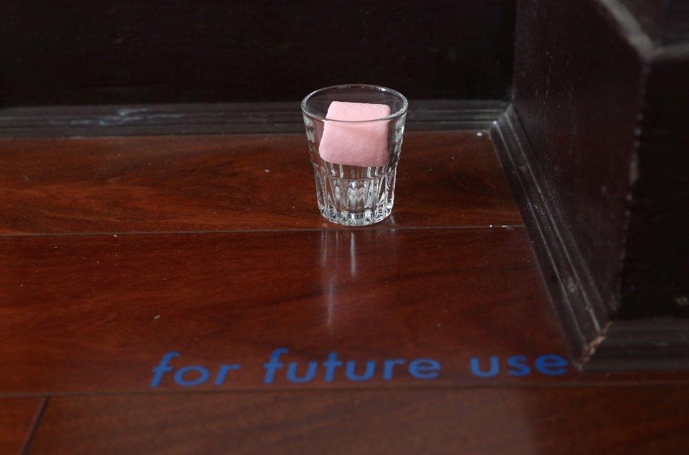 王懿泉《for future use》,文字,樟脑丸,玻璃杯,尺寸可变,2015