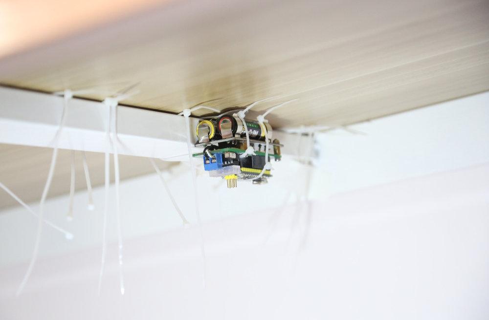 郭城《谁的?》,装置,7 x 3 x 6厘米,2015,艺术家做了一个电子装置藏在桌子底下,在party期间模仿手机震动的声音。