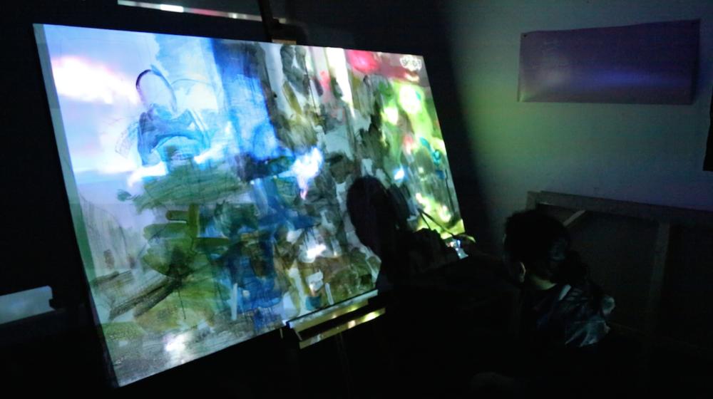艺术家张乐华通过视频聊天软件远程创作关于Party现场的绘画《关于圣诞夜的一切,2015》