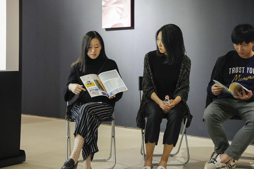 (左一)设计师孟鑫分享杂志设计过程,(右一)艺术家张业鸿,(中间)艺术家李亭葳
