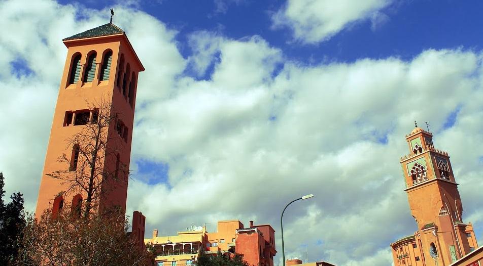 Izquierda: Mártires Iglesia, a la derecha: Mezquita Gueliz Gueliz, Marrakech Marruecos.