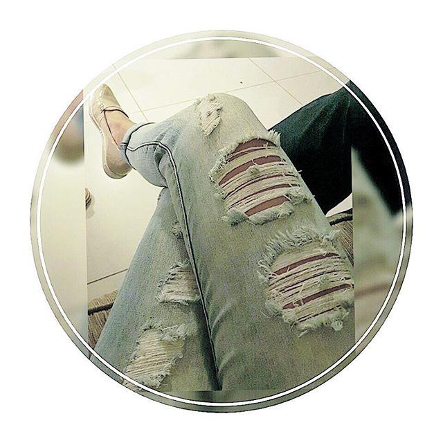 """Do look de ontem... Totalmente reprovado pelo GuiGui 3 aninhos! 😂😂 """"Pq vc ta olhando tanto p calça da tia Drica? Só pq tá rasgado e vc ja me disse que nao gosta?"""" . """"É esquisito!"""" 😍😂 peeiiii👊  kkkkkkkk #SobrinhoNum4 🔝😍 #DicasByDrica #Lifestyle #qualidadedevida #moda #family #lookdodia #insta"""