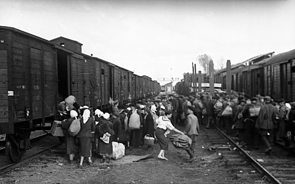 Civilian evacuation, 1941. German Federal Archive.