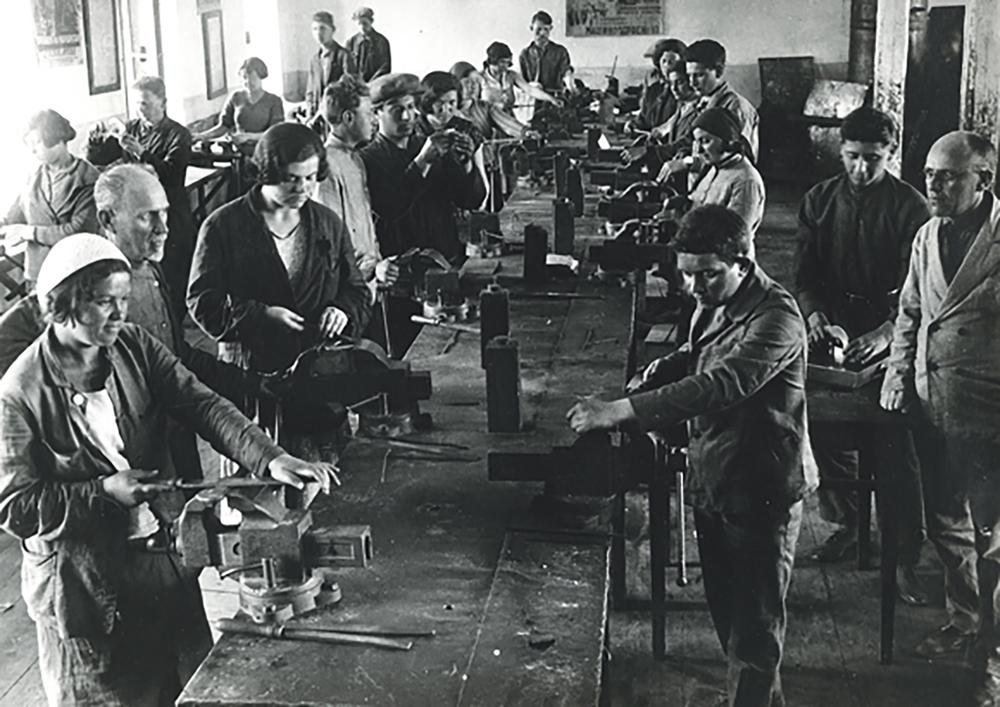 """""""Jewish Worker Youth"""" trade shop. Ukraine, 1930s."""