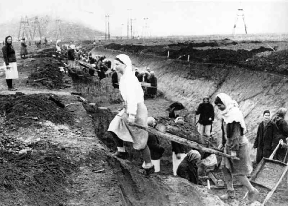 Civilian volunteers helping construct anti-tank barriers near Kiev. 1941. Photographer unknown.