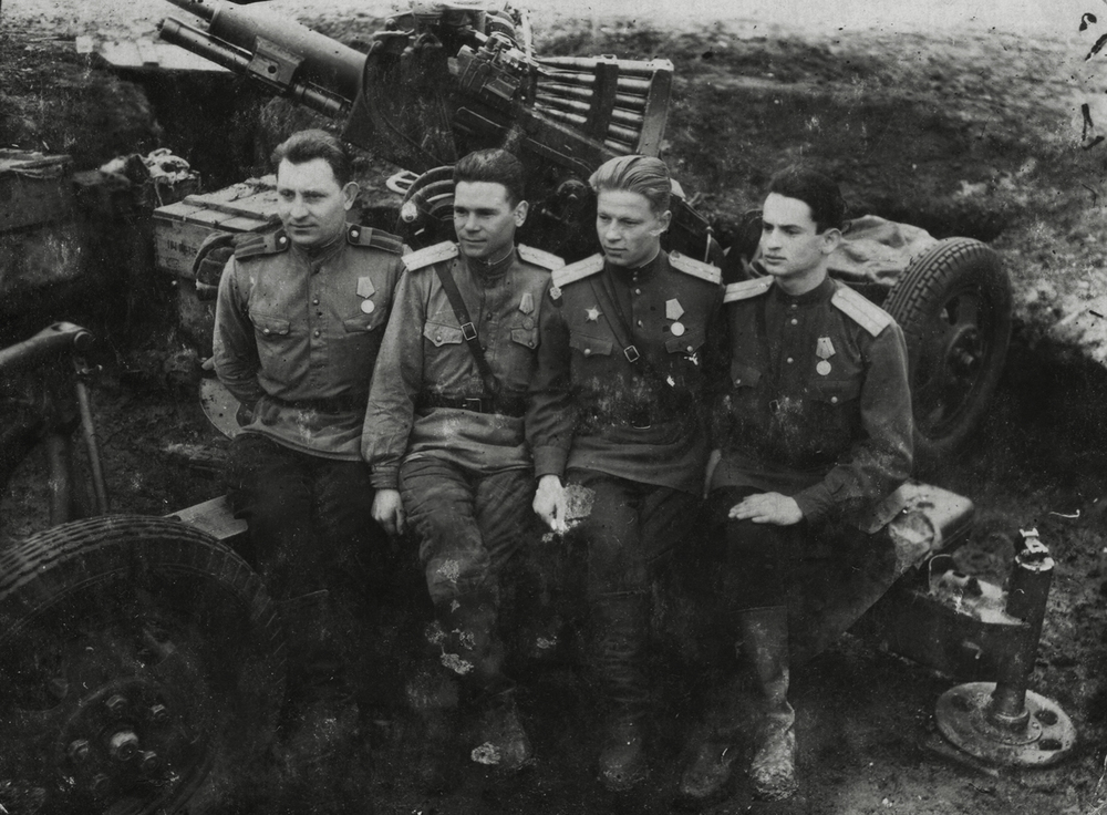 Artillery battery commander Vitaly Goldshtein, on right, and his crew. 1944.