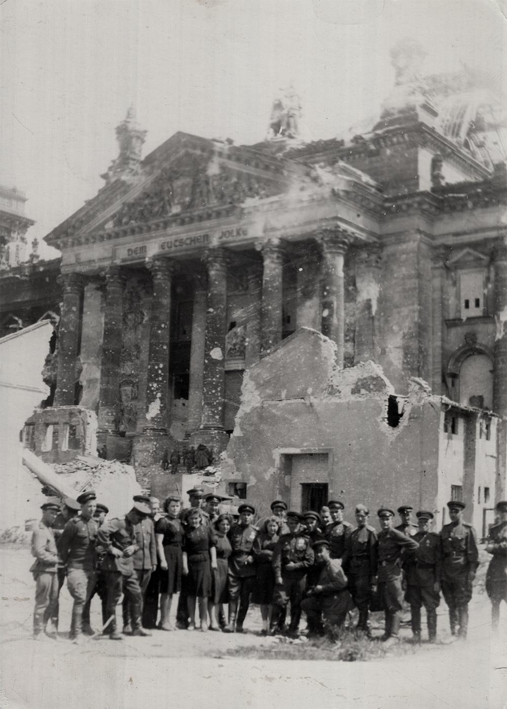 Mark Rudnitsky and fellow combatants, victory photo. Berlin, 1945.