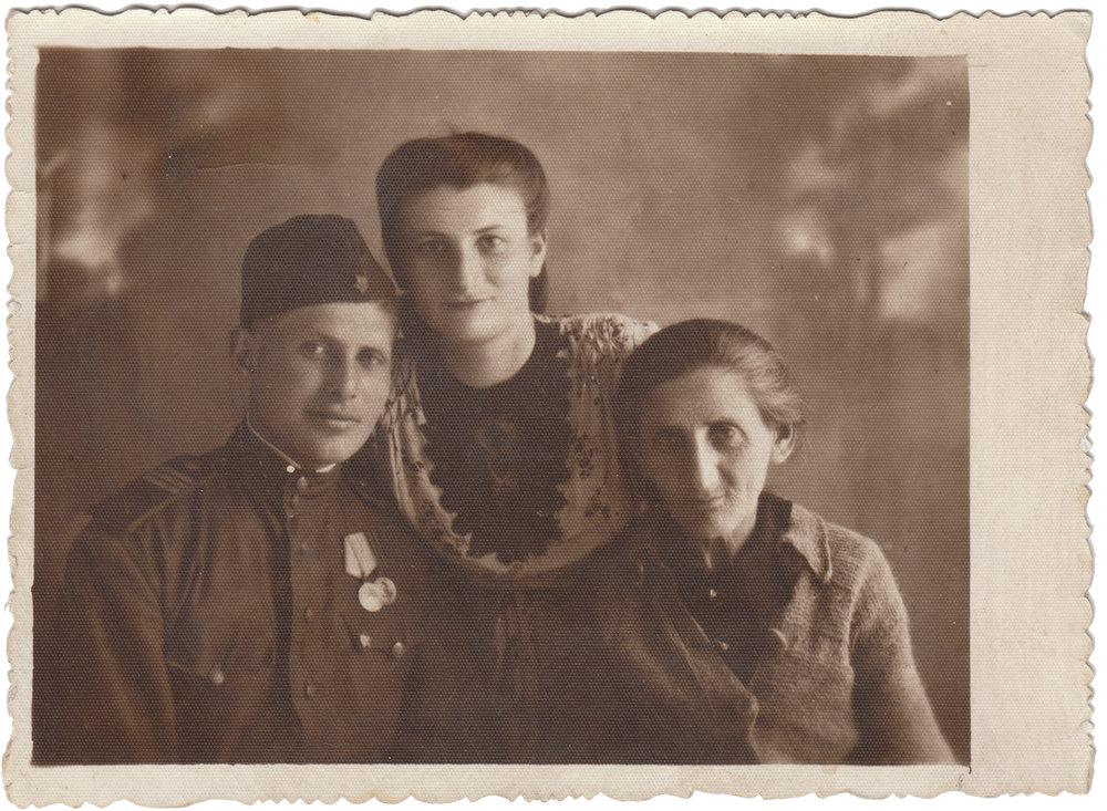 Semeon Goldshtein with his sister and mother, June 1946. Kiev  Семен Гольдштейн с сестрой и мамой, июнь 1946 года. Киев