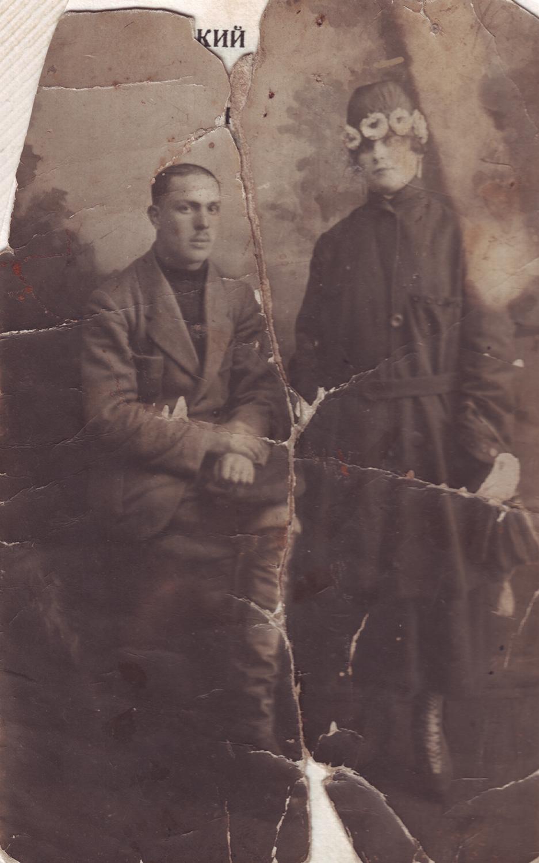 Vladimir's parents, Lyubov Yakovlevna Rubinshtein and Mikhail Yevseyevich Gutkin. Kamyanets-Podilsky, Ukraine, 1924