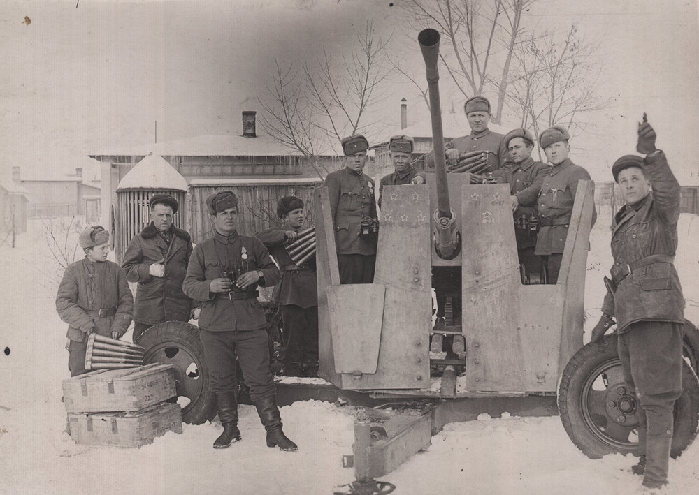 Ephstein (far right) with the crew of a 37mm anti-tank gun, 1944