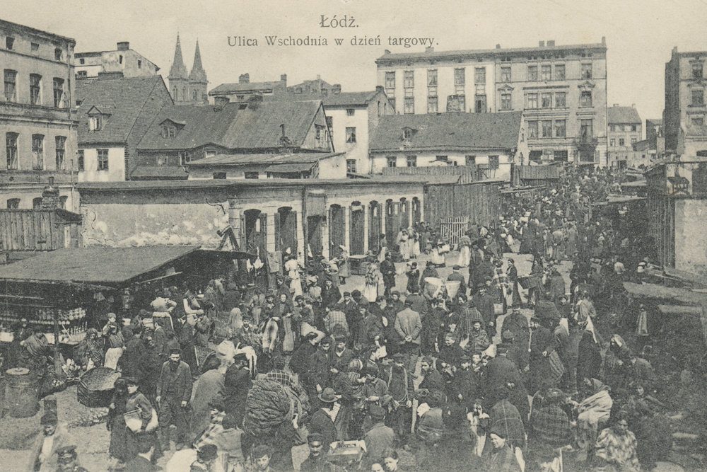 Photograph of a busy street in Łódź on market day, early 1900s