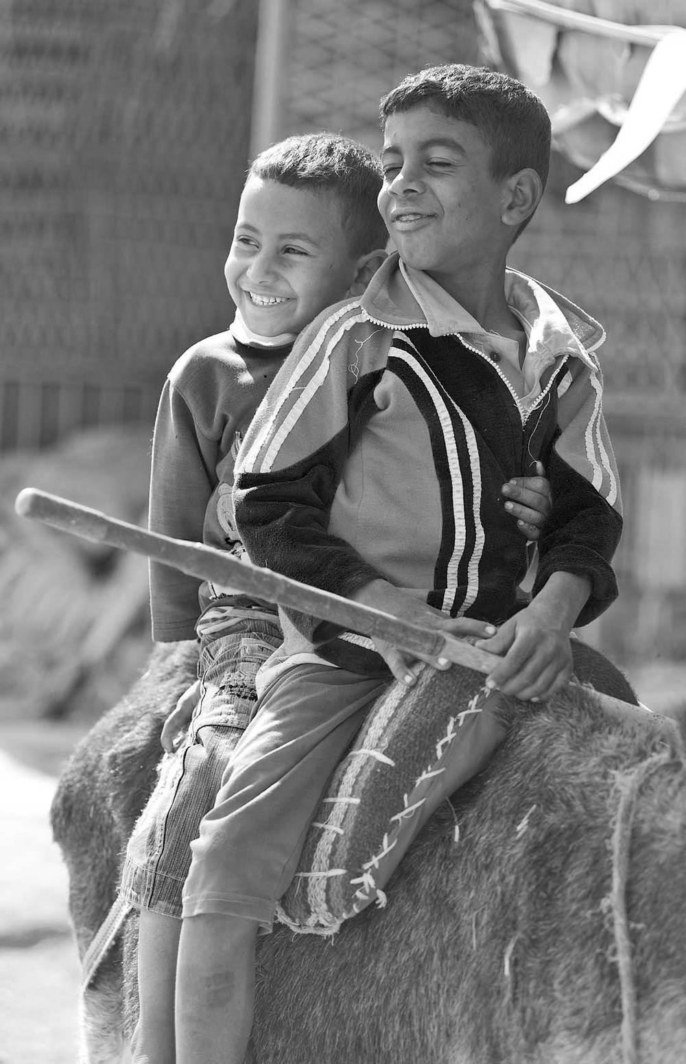 090100_DSC3108-kids-in-Luxor-village-mugging-for-camera.jpg