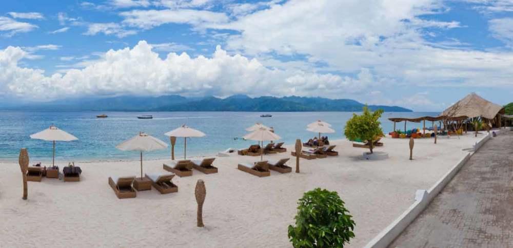 01-Gili-Trawangan-Lombok-Hotel-Rooms-Facilities-Beach-Beachfront-Ocean-Sun-Chair-White-Sand.jpg