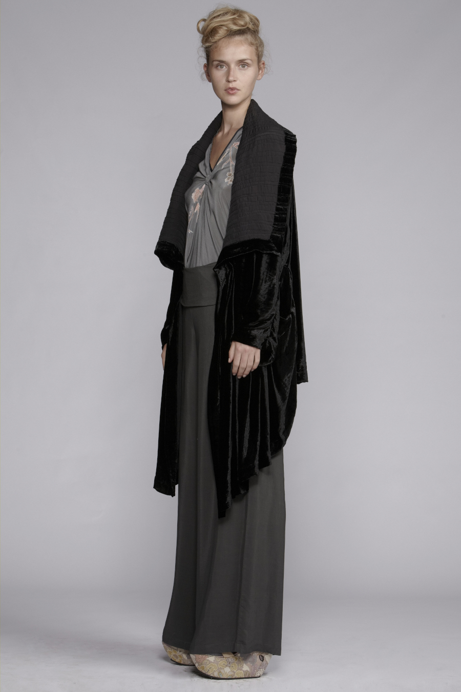 130/A133408 V-Neck Spiral Shibori Top     272/A136131 Cummerbund Wide Pants (Printed Cummerbund)     800/A139039 Pleated Shawl Collar Coat