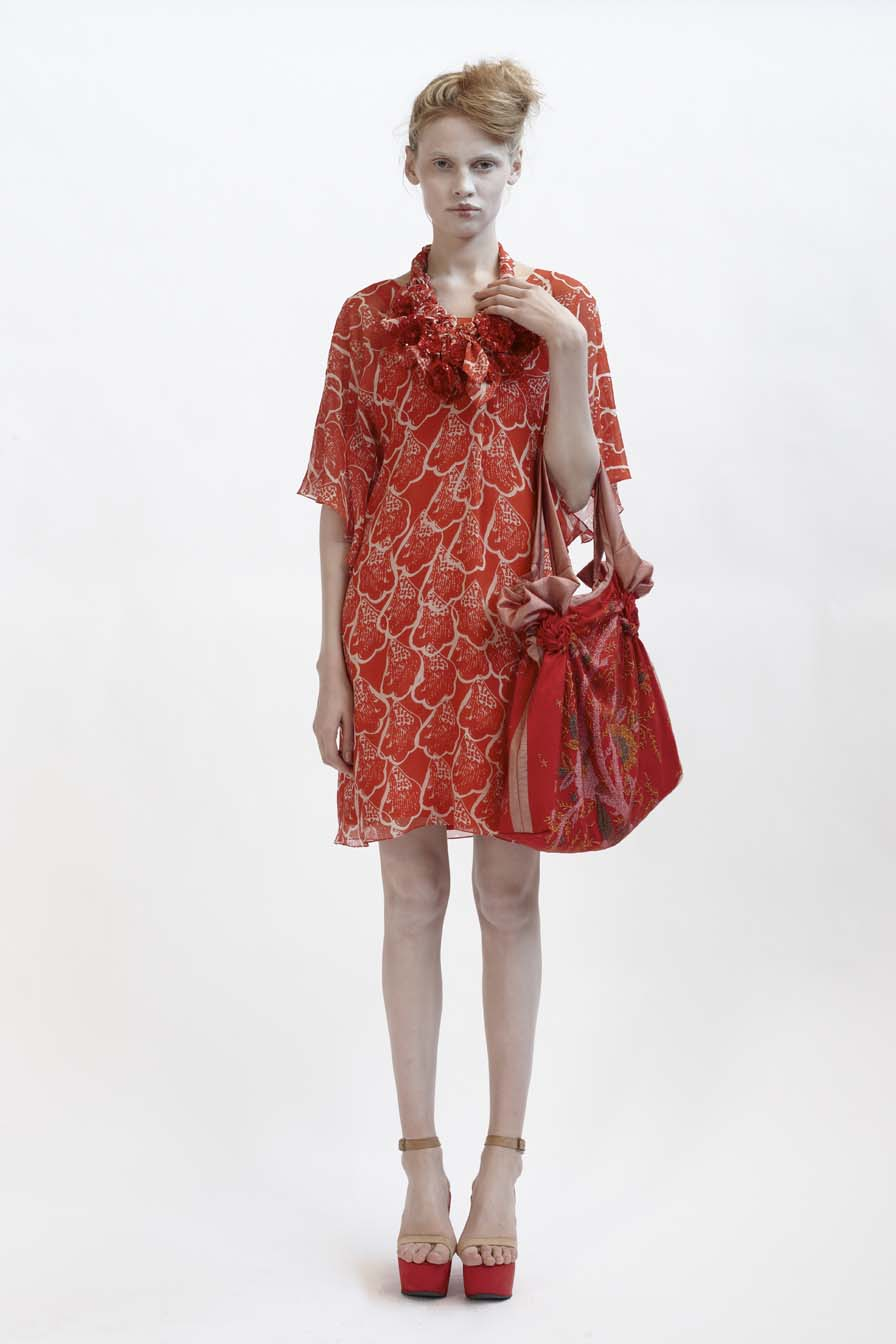 125/F01427 V-Necked Tucked Tunic    140/F01426S Bias Short Slip    900/F07423 Beaded Spiral Shibori Bag