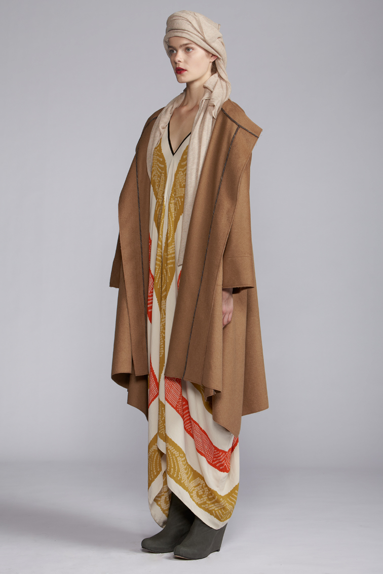 220/A120128 Rectangular V-neck Dress    850/S29087P Flair Coat       900/A127460 Cashmere Scarf