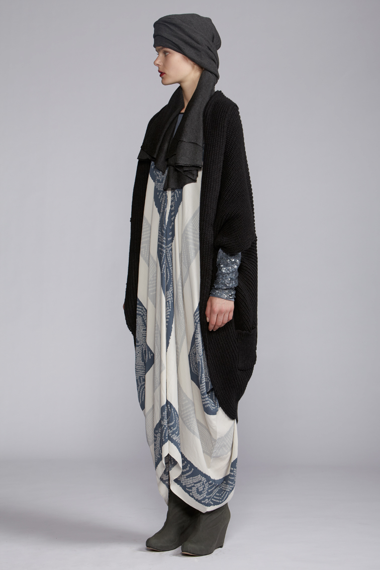 220/A120128 Rectangular V-neck Dress    700/A120121 Long Sleeve Bangle Top    860/A129093 Cocoon Long Vest    900/A127460 Cashmere Scarf