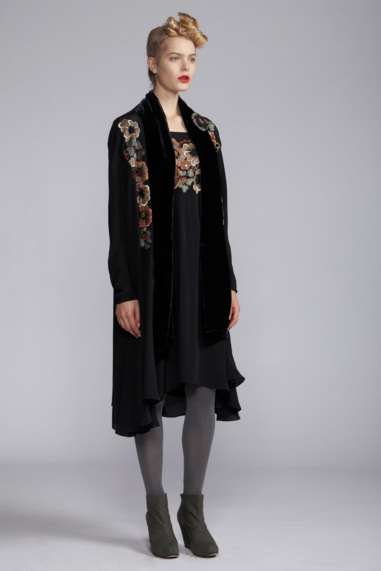 200/A121489 Strap Dress    200/A120102 Fold Long Jacket    900/A120122 Velvet Scarf