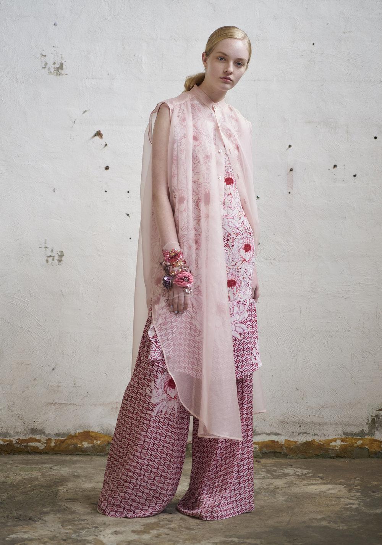 L O O K 0 8  127/S173449LN Floral Draped Sleeveless Dress  127/S176133 Gathered Wide Pants  105/S174076XL Sleeveless Trapeze Shirt
