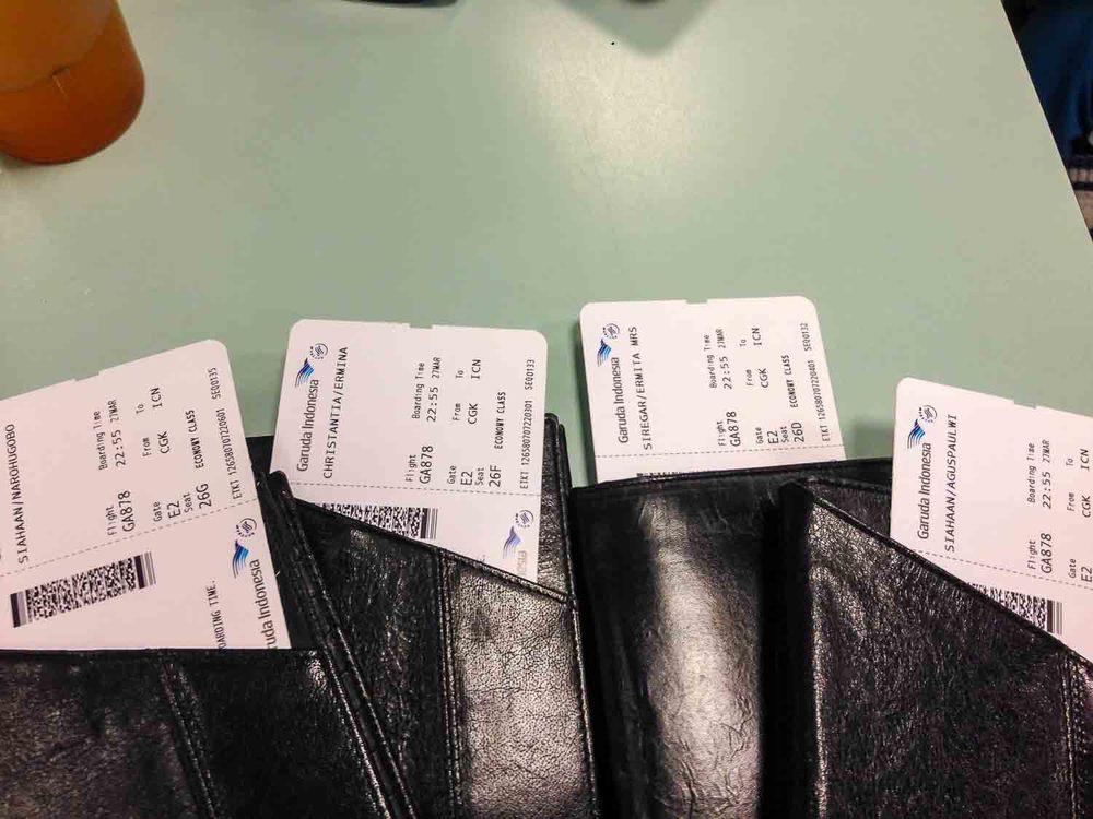 Kami sengaja menyeragamkan tempat pssport kami, biar mudah dicari. Kami pilih yang bisa menyelipkan boarding pass dengan baik.
