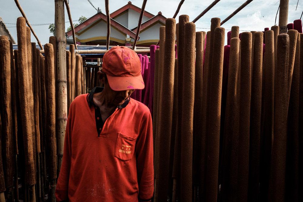 Salah satu pekerja di pabrik milik pak Milki setelah memeriksa apakah hio yang dijemur sudah kering dan siap untuk proses berikutnya. Fujifilm X-T2 | XF 23/1.4 | ISO 400, f/8.0, 1/250 | Classic Chrome