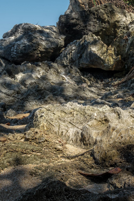 Sinar matahari yang jatuh di karang ini menarik untuk dipotret. Fujifilm X-T2 | XF 55-200
