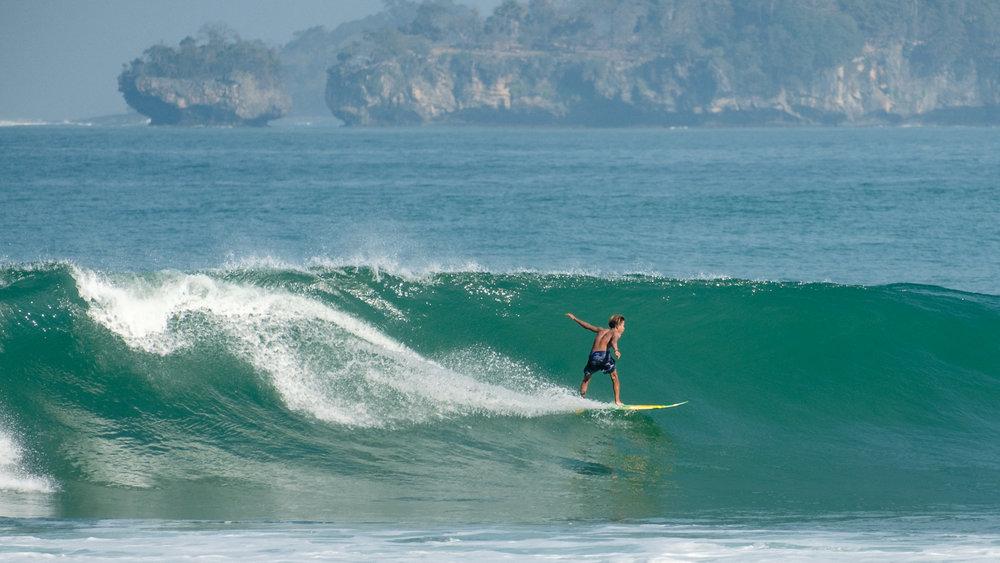 Fajar adalah pemuda asli Sawarna berumur 13 tahun. Jago sekali surfing. Menurut guide saya, sudah 15 orang asli dari Sawarna yang sering berkompetisi surfing di berbagai daerah. Mantap! Tampak Karang Bokor di kejauhan sebagai latar surfing Fajar. Fujifilm X-T2 | XF 55-200