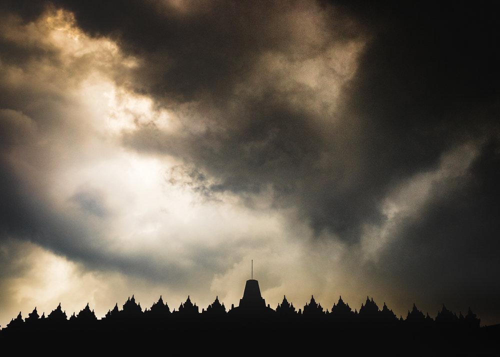 Karena kondisi mendung dan hujan angin, tidak ada cahaya yang cukup untuk menyinari bangunan candi Borobudur. Saya akhirnya memutuskan untuk membuat foto silhoutte Borobudur .  Fujifilm X-T1 | XF 23 / 1.4