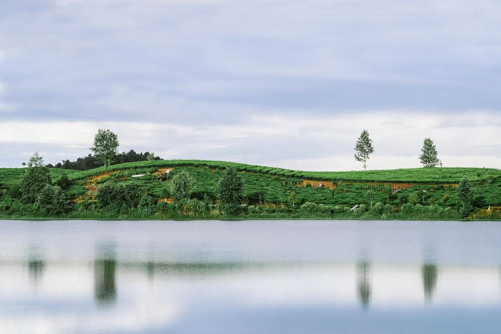Ini adalah foto landscape pertama saya mencoba menggunakan lensa tele dan saya langsung jatuh cinta memotret landscape menggunakan lensa tele ketimbang menggunakan lensa wide.  Fujifilm X-T1 | Minolta lens