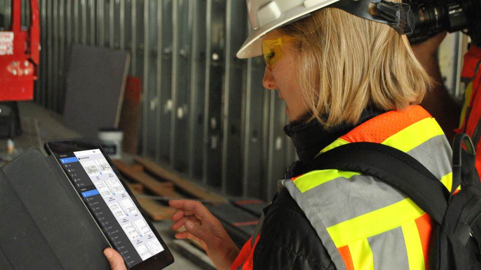 Person_using_Fieldwire_plans_on__iPad_on_Construction_Site.5c37f5330d47d.jpg