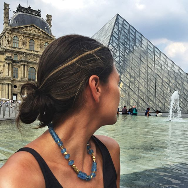 We are in love with this fountain side view of the Louvre. Getting pictures like this from your journeys around the world is one of our favorite things. The Sister Series necklace fits right in between the modern glass pyramid and baroque palace architecture, and so does @jnoogs. Thanks for the travel inspiration!⠀⠀⠀⠀⠀⠀⠀⠀⠀ .⠀⠀⠀⠀⠀⠀⠀⠀⠀ .⠀⠀⠀⠀⠀⠀⠀⠀⠀ .⠀⠀⠀⠀⠀⠀⠀⠀⠀ .⠀⠀⠀⠀⠀⠀⠀⠀⠀ . ⠀⠀⠀⠀⠀⠀⠀⠀⠀ #saskiadevries #saskiadevriesdesigns #travel #inspiration #world #photooftheday #beautiful #worldtravel #instagood #travelgram #love #inspo #instajewelry #instago #trip #instatraveling #travelphoto #travelbug #global #jetsetter #wanderlust #international #traveltheworld #backpacker #paris #louvre #glass #recycledglass #brass #upcycle
