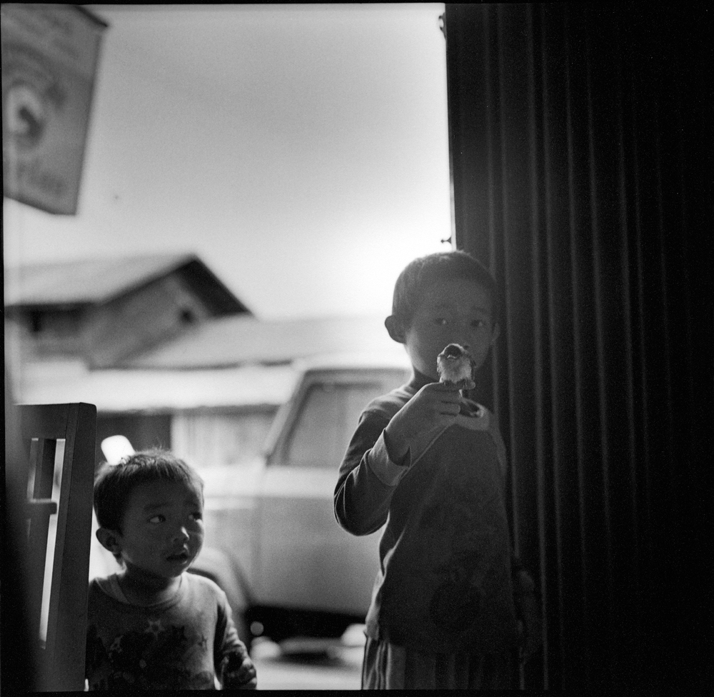 Jongetje met vogel, Laos