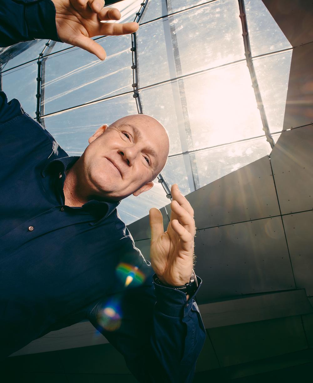 """""""Rondzweven"""" met astronaut André Kuipers. Fotoshoot voor interview van Sander de Kramer in Weekeinde."""